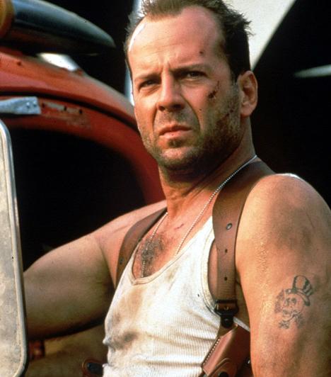 Bruce WillisA 90-es évek fenegyereke nem éppen a vasalt öltönyről és makulátlan ábrázatáról híres. Bruce Willis sosem habozik, ha meg kell menteni a világot. Az időközben magára gyűjtött sebek és a tekintélyes mennyiségű kosz ellenállhatatlan sármjának szerves részét képezik: enélkül talán meg sem kapná jól megérdemelt csókját a mentőautó lépcsőjén.