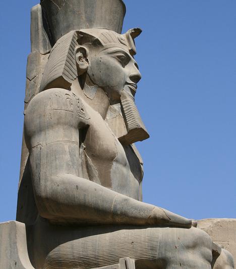 TutankhamonBár nem a legjelentősebb személyiség a fáraók sorában, a művészettörténetnek vitathatatlanul legendás alakja. Tutankhamon sírja a leginkább épségben maradt fáraósír, amely leleteivel a kor isteni férfiideáljáról is árulkodik.