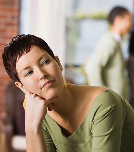 Magány  A gyakori kimaradásoknak köszönhetően az is leleplezheti a csalfa férfit, ha egyre többet hagy téged magadra. Már az is megesik, hogy éjszakára sem tér haza? Mindenképpen eljött egy őszinte beszélgetés ideje - még akkor is, ha nem másik nőnél töltötte az estét.