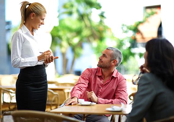A hűtlenségre hajlamos pasikat arról is fel lehet ismerni, hogy szórakozóhelyeken, éttermekben kendőzetlenül méregetik a pincérnőket, sőt, a szemtelenebbek még flörtölnek is velük. Emlékezz vissza, párod is így viselkedett-e a felszolgálóval, mikor vacsorázni voltatok! Ha igen, az nagyon rossz jel.