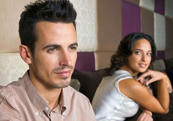 Élvezi a párod, ha egyszerre több nő is küzd a kegyeiért? Szeret hölgykoszorúban lenni? Ha igen, valószínűleg hosszú távon nem fog megelégedni egyetlen nővel. Persze lehet, hogy a te pasid a kivétel, de érdemes résen lenned.