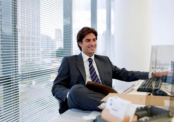 Ha a lába a székkarfán van, vagy más bútordarabon támaszkodik, lazának akar tűnni, de ugyanez közönyről és érdektelenségről is árulkodhat.