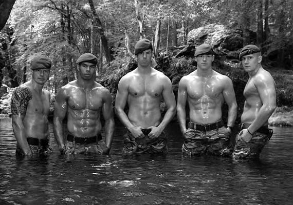 Dan, Etham, Simon, Paul és Rowan derékig vízben állva is megmutatták kockás hasizmukat.