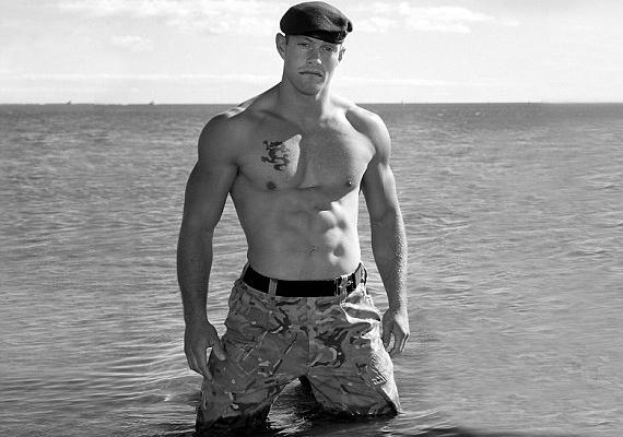 A kommandósok edzéséért felelős Andrew a tengerben pózolt félmeztelenül.