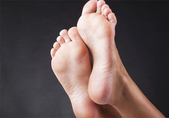 A lábujjak kényeztetése sokaknál bevett szokás előjáték közben, nem is hiába, hiszen a lábnak ezen része egy fontos erogén zóna. Ennek tudatában abszolút hihető, hogy egyesek egy szimpla talpmasszázs során is orgazmust képesek átélni.