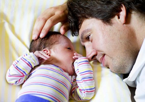 A férfi meghatottságtól és boldogságtól ragyogó tekintetétől, mikor először látja újszülött kisbabáját.