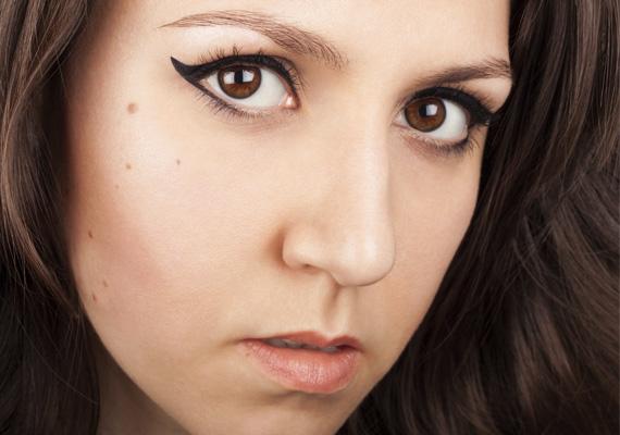 Tusvonal                         Ha a sminked voltaképpen egy szemhéjadra húzott finom tusvonalban merül ki, az bájossá, szexivé, egyben titokzatossá tehet mások számára. A túl széles tusvonal - ami legalább a fél szemhéjad fedi - azonban túlzásnak hathat, inkább barátságtalanná, mint bájossá tesz mások szemében.