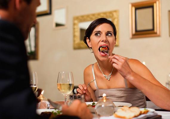 Ne maradj éhes  Egyél bátran! Ha étterembe mentek, és szívesen ennél valamit, akkor nem kell csak csak azért, mert az első randin vagytok, egy salátát és ásványvizet rendelned. Válassz az étlapról bátran egy sültet, vagy bármit, amit csak megkívánsz. A pasik szeretik, ha egy nő eszik.