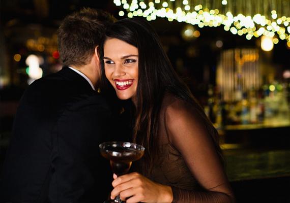 Ne csiccsents beHa tudod, hogy nem bírod az alkoholt, akármilyen sikkes vagy romantikus is, ne igyál bort vagy koktélt az első randin, mert egy első randin becsípő nőt nem fog komolyan venni egy olyan pasi sem, aki hosszútávra tervez. Még ennél is kiábrándítóbb, ha nem állsz meg a becsiccsentésnél.