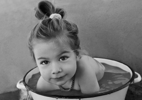 A gyerekkori fotó nemcsak nosztalgiát sugall, hanem sorsközösséget igyekszik teremteni a többi exgyerekkel, és ártatlanságot sugall. Gyakran élnek vele a szociopaták is.
