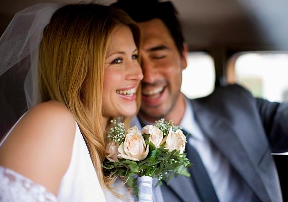 Aki az esküvői fotójával virít, nemcsak a boldog kapcsolatot demonstrálja, hanem azt is, hogy teljes jogú tagja akar lenni a felnőtt társadalomnak. Annak ellenére, hogy nem önálló személyiségként tekint magára.