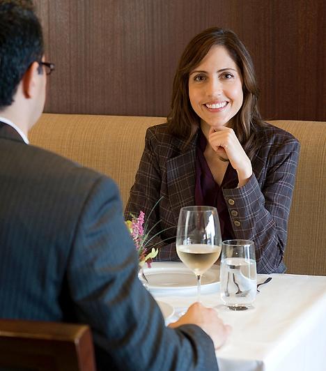 Munkaebéd  Bizonyos szakmákban adódhat olyan helyzet, hogy a hivatalos ügyekkel kapcsolatos megbeszélések informális helyen, például egy étteremben zajlanak. Azonban a munkahelyi szabályok ebben az esetben is érvényesek, tehát nem személyes találkozóról van szó. Ennek megfelelően alakítsd a megjelenésedet, és a beszélgetés során is szorítkozz lehetőség szerint a hivatalos tárgyra.