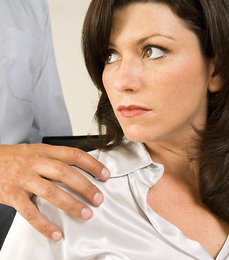 Viszonyt csak óvatosan  A legtöbb munkahelyen ma már nincs olyan szabály, ami tiltaná a munkatársak közötti kapcsolatot. Amennyiben azonban tartós viszonyba kezdesz valakivel, könnyen pletykák céltáblájává válhattok. Az pedig tovább bonyolítja a helyzetet, ha az illető alattad, vagy fölötted dolgozik. Ennek ellenére számos házaspár akad, akik a munkahelyükön találtak egymásra, nincs tehát alapból kudarcra ítélve az ilyen jellegű viszony.