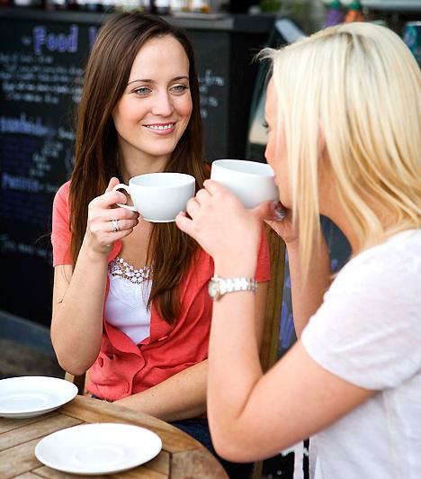 Irodán kívül  A munkakapcsolatból úgy lesz a legkönnyebben barátság, ha az irodán kívül is összeülsz azokkal, akikkel úgy érzed, hogy egy húron pendültök. Erre remek alkalmat nyújtanak a céges rendezvények is, de ha elég jó a csapat, nem kell hivatalos szervezés egy közös kávézáshoz, sörözéshez. Beszélj meg egy időpontot az emberekkel!