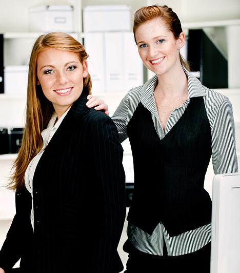 Tartsd tiszteletben a beosztást  Lehet, hogy az egyik fölötted álló munkatársad az irodán kívül igen közeli barátod, de a hivatalos közegben soha ne feledkezz meg a beosztásáról. Persze nem mindenben kell, hogy a főnöknek igaza legyen, de ok nélkül soha ne kérdőjelezd meg a feljebbvalóid döntését, akár barátaid, akár nem. Mindent összevetve, tiszteld a hivatalos beosztásokat.