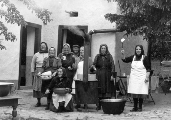A lakodalomra hagyományos ételeket főztek az asszonyok, sülteket, töltött káposztát és bort kínáltak a vendégeknek. Készült azonban egy lakodalmas kalács is, amelybe a pár termékenységét meghozó zöld ágakat, virágokat, gyümölcsöket szúrtak.                         Lakodalomra készülő asszonyok, 1961