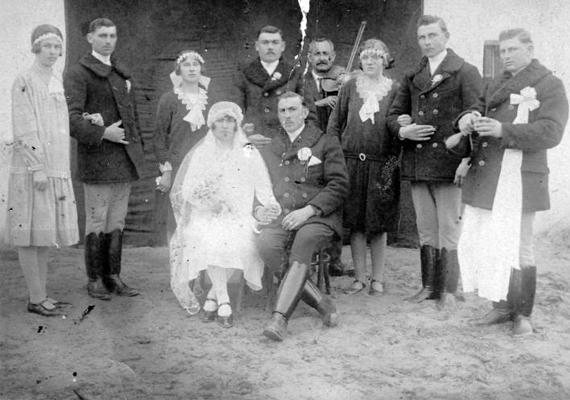 Annak idején az esküvő előtt a házasulandó párnak minden erotikától, testi vonzalomtól, bűnösnek tartott gondolatoktól mentesen, tiszta szeretettel kellett közeledni egymáshoz. A nászéjszaka volt az első alkalom, hogy a vőlegény és a menyasszony intim közelségbe került.                         Esküvői fotó, 1932