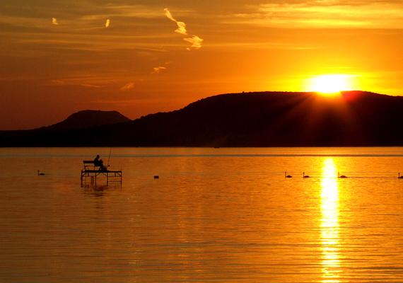 BalatonA Balaton romantikájába utaztatok el nászútra? Nagyszerű döntés a hazai úti cél, hiszen ha valaminek, a Balatonnak utánozhatatlan hangulata van. Egyetlen tengerpart sem hasonlítható össze vele. Párként számotokra fontos lehet a nosztalgia, a magyar tenger közös szerelmetek lehet, és bizonyára még sokszor el fogtok oda menni együtt, talán már családosan.