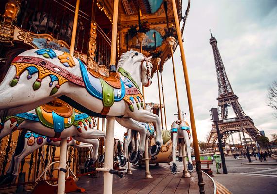 Romantikus külföldi városRomantikus külföldi úti célt választottatok, mint Párizs, Velence vagy Róma? Olyanok lehettek, akár a regények hősei, a szerelem szerelmesei. Klasszikusak, a szó jó értelmében. Számotokra fontos lehetett, hogy a kettőtök közt lobogó tűznek egy ilyen érzelemgerjesztő helyszínt adjatok, ami arról árulkodik, hogy szerelmetekért tudatosan is dolgoztok.