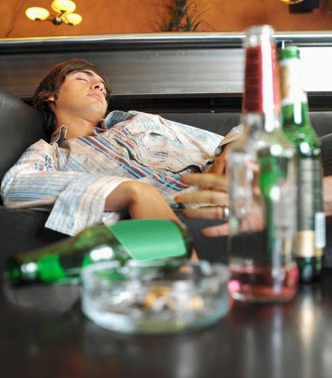Komoly függősége vanHa a férfi dohányzik, az a kapcsolat szempontjából még talán ne akkora gond, bár vannak, akik számára ez kizáró ok. A nagyobb gond az, ha valami komoly függőséggel szenved. Ilyen káros szenvedély lehet az alkohol, a játékfüggőség, de akár a drog is. Ilyen alakokkal ne kezdj!