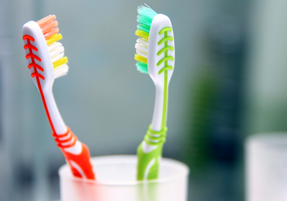 Hiába egyszerűsítené meg a dolgokat, néhány hét után még nincs itt annak az ideje, hogy a lakásában hagyj magadnak egy fogkefét, kencéket vagy hálóruhát, pláne nem a megkérdezése nélkül. Mindenképp várd meg, hogy ő javasolja ezt.