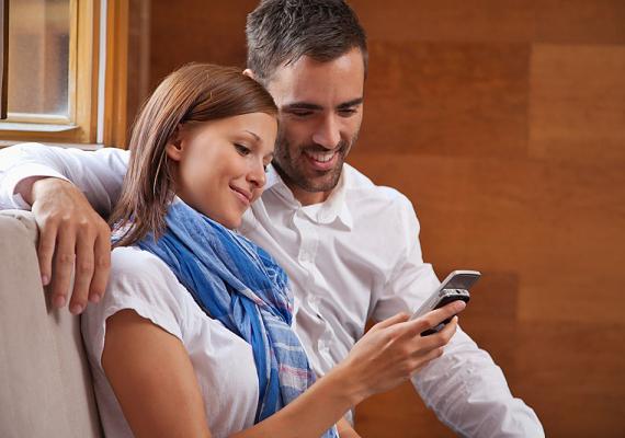 Ne nézegesd a telefonját! Ha csak a telefonon lévő játékokra vagy is kíváncsi, a férfi akkor is tolakodónak érezheti, ha a mobiljában kutakodsz. Ezzel elijesztheted, mert azt hiheti, később is időről időre razziát fogsz tartani a telefonjában.