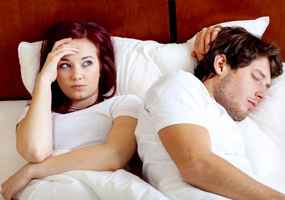 Lefekvés után hátat fordít                         Természetesen mindenkinek van egy kényelmes és megszokott alvópóza, ami lehet a párodnak az oldalfekvés is. Mielőtt azonban elalszik, akkor egy ölelgetés vagy huncutkodás dukálna. Ha ez hiányzik, és azonnal hátat fordít, az vészjósló jel.