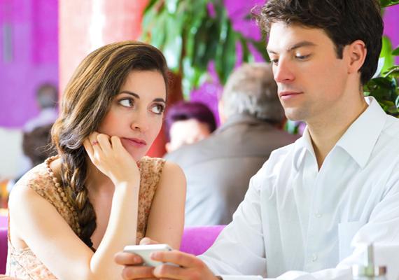 Másfelé figyel                         Amennyiben a párod minden másra koncentrál, csak rád nem, hozzád sem ér, nem tart veled szemkontaktust, vagy folyton maga elé, illetve a távolba nézve mereng, sajnos egyre kevésbé lehet szerelmes.