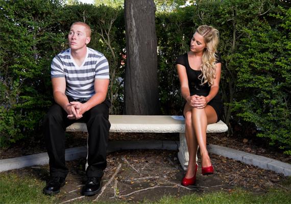 TávolságHa a párod mostanában rendszeresen távolabb helyezkedik el tőled, legyen szó akár egy padról a parkban, akár egy asztaltársaságról, az nem jelent jót. A szerelmes ember ugyanis igényli a másik közelségét.