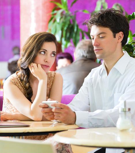 Mással foglalkozikHa a pasi a randin minden mással foglalkozik, csak veled nem, például babrálja a mobilját, telefonál, túl hosszasan nézegeti az étlapot,vagy bármi hasonló, akkor sajnos valószínűleg teljesen érdektelen irányodban.