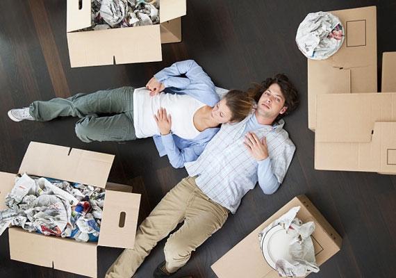 Az összeköltözés is sok mindent eldönthet, a választással, a költségek megosztásával és a pakolással, esetleges felújítással együtt.