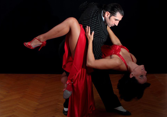 A tangó a finom erotikáról is szól, ezért mindig hosszú, felvágott szoknyát viselnek a táncosok, és a mozdulatok határozzák meg, mennyit mutatnak magukból. - Az alábbiakban Kulik Johanna táncművész és koreográfus tangóval kapcsolatos gondolatait olvashatod.(%oldalmero(http://ad.adverticum.net/img.prm?zona=1759478&kampany=2477358&banner=2477359&ord=RANDOM_NUMBER)%)