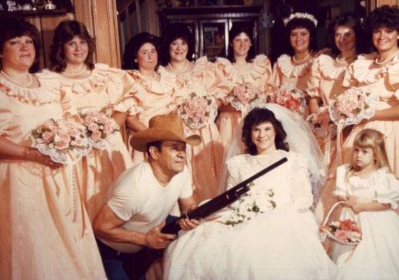 Talán kötelességének érzi bizonyítani, hogy minden eszközzel megvédi a hölgyeket.