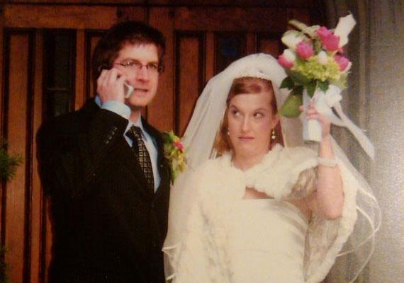 Ha a férj barátai meg akarják hiúsítani az esküvői fotót, akkor a menyasszonynak kell lépnie.