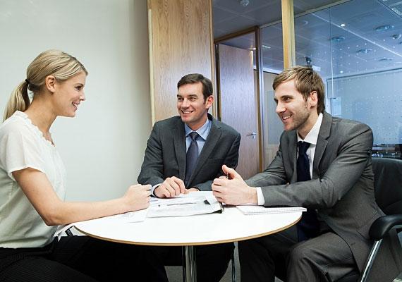 Akinek az irodáját az egyik oldalon üveg övezi, az megbízik a kollégáiban, és nem fél attól, hogy kiszolgáltatottá válik, ha látják munka közben.