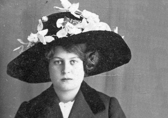 Bár közeledett már a toque, vagyis a kisméretű, karima nélküli női kalap és az úgynevezett kanászkalap ideje, még nem járt le a díszes, nagy karimás kalapoké sem. Az úrinők - főleg az idősebb korosztály - örömmel viselték.(1903)