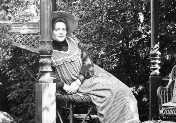 Ebben az időben a nők jogai hazánkban még nem voltak a maival egyenlőek. Bár a választójogért folytak a küzdelmek, 1918-ig kellett várni arra, hogy a magyar nők szavazhassanak.(1900)