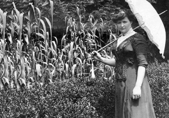 A parupli, vagyis a napernyő kedvelt kiegészítője volt a nőies megjelenésnek. Nemcsak azért, mert stílusos, hanem azért is, hogy a szép fehér arcbőrt ne érje az erős napsugár.(1905)