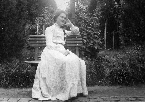 A fiatal nők ebben az időben gyakran és szívesen viseltek kontyot. Az egyik legkedveltebb a chignon konty - a mai balerinakonty - és a soppos frizura - magasra tett konty - volt. Nem volt ebben az időben gyakori a hajmosás, olajos fésűvel fésülködtek jobbára helyette - a konty pedig praktikus frizurának bizonyult. A tisztálkodásban kedvelt volt a pipereszappan, mint például az Árnika szappan.(1900)