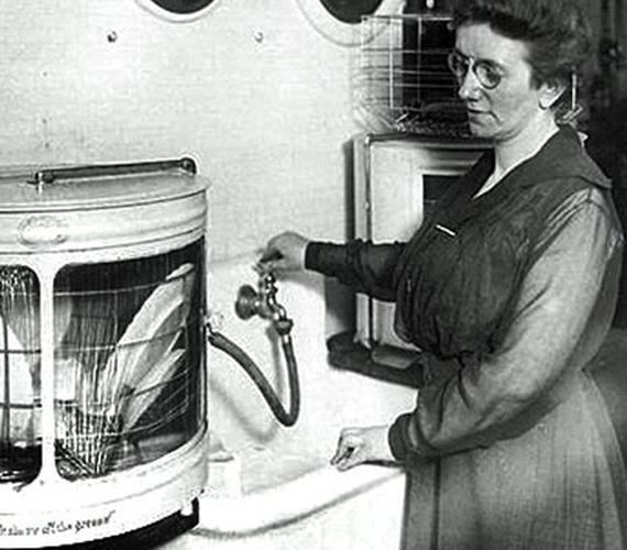 A mosogatógép feltalálója az ohiói Josephine Garis Cochrane volt, aki 1886-ban szabadalmaztatta masináját. A gépet egyébként a féltett porcelánkészletének tisztán tartása jelentette probléma ihlette.