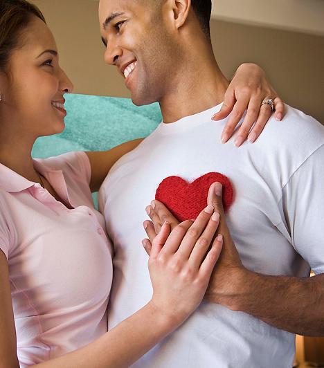 Állandó szeretlek  Lehet, hogy párod nem a szavak embere, de az még önmagában nem árulkodik szerelme hiányáról, hogy nem nyilvánítja ki mindennap szavakkal az érzelmeit. Ha állandó bizonyítékokat vársz a párodtól, az frusztráló és idegesítő lehet a számára. Jobb tehát, ha a szerelem kimondatlan jeleit is felismered, és értékeled.