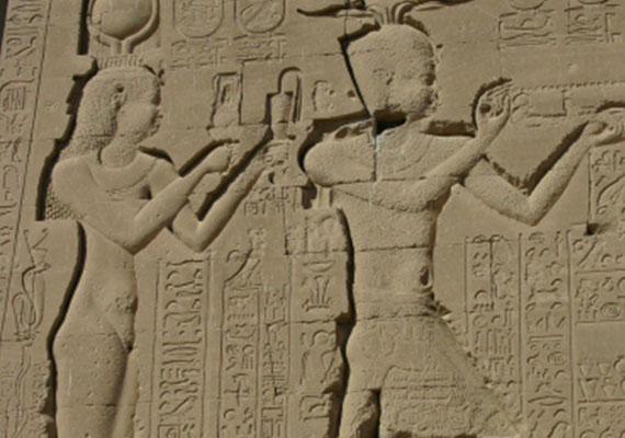 Kleopátra, Egyiptom néhai királynője, a Ptolemaiosz-dinasztia utolsó uralkodója a legendák szerint szamártejben fürdött, hogy bőre szép és puha legyen. Szánj te is sok időt a szépségedre és az egészségedre!(Kleopárta és fia, Cesarion)