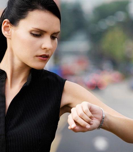 Késés  Úgy tartják, a nőnek késnie illik a randiról, és valószínűleg a férfi is belekalkulál egy negyed órás csúszást. De ennél többet nem érdemes rászámolnod, mert a várt izgalom helyett csak kellemetlenséget okozol mindkettőtöknek.