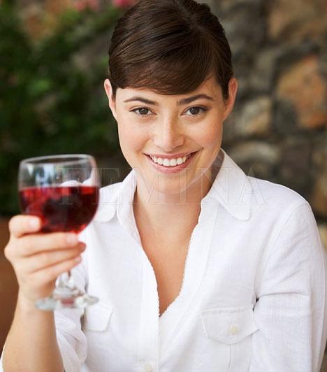 Alkoholmámor  Az első randevúkon természetes, ha alkoholt isztok, hogy feloldódjatok. De vigyázz, ne ess túlzásba, mert nincs kiábrándítóbb egy önkontrollal nem rendelkező nőnél, aki túlzottan a pohár fenekére nézett.  Kapcsolódó cikk: Mit iszik az első randin a pasi? »