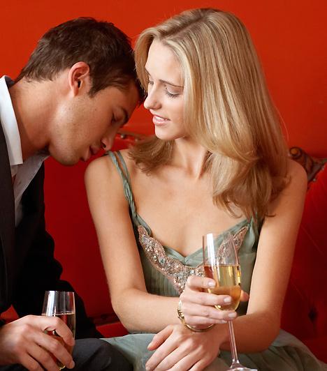 Mutasd a dekoltázsod!Természetesen nem csak akkor lehetsz szexi, ha látványosan kipakolod a melledet a pasi elé, de egy kis kacérság nem árt, ha magadra szeretnéd vonni a figyelmét. Nem baj tehát, ha kihívóbb szerelésben próbálsz hódítani, mint amiben a munkahelyedre jársz, de ne sértődj meg, ha a pasi él is a lehetőséggel, és szemügyre veszi a csábító látványt.