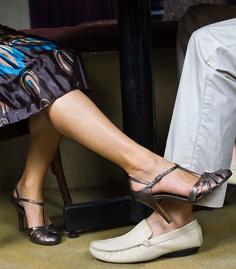 Billegő lábHa izgatott vagy flörtölés közben, lehet, hogy észre sem veszed, de önkéntelenül körözni kezdhetsz a lábaddal, vagy billegtetheted azt. Ez árulkodik a vonzalmadról, és egyúttal szexi jelenség is, amivel könnyen magadra irányíthatod a pasi figyelmét.Kapcsolódó cikk:Miért nem tudsz bepasizni? - Testbeszéded elárulja! »