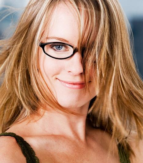 Szemüveg  Sok nő kontaktlencsét visel, mondván, hogy nem csúnyítja el az arcát szemüveggel. Pedig egy jól eltalált fazonú szemüveg nagyon jól tud állni az embernek. Mi több, a pasik szerint is kifejezetten szexi, ha egy nő szemüveget visel. Gondolj csak a sztereotip szexi nővérkére, vagy tanárnénire! Mindegyikük szemüveget visel, és ez nem pusztán a véletlen műve!