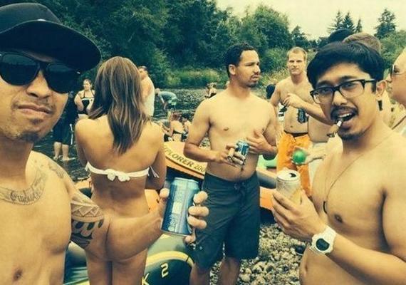 Bár elsőre éppen ellenkezőleg gondolhattad, ezen a képen mindenki visel fürdőruhát.