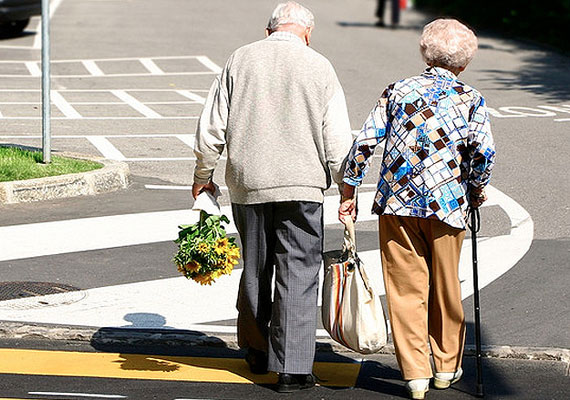 Idősebb korban is lehet talpig úriemberként viselkedni, még inkább kifejezve ezzel a másik iránti mély érzelmeket.