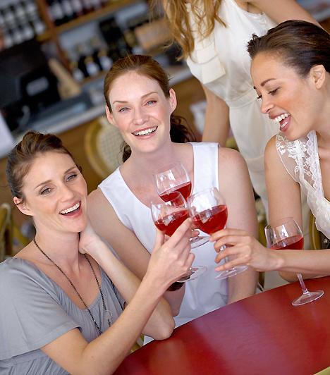 Közös buli  A pároddal, vagy közösen a barátaitokkal kikapcsolódni remek dolog. De, ha azt szeretnéd, hogy a baráti kapcsolataid ne veszítsenek intimitásukból, akkor is iktass be néhány bulit csak velük, ha szerelmes vagy! Ha mindenhová csak a pasiddal mész, könnyen eltávolodsz a többiektől.  Kapcsolódó cikk: Milyen a személyiséged? - Így lehetsz a társaság középpontja! »